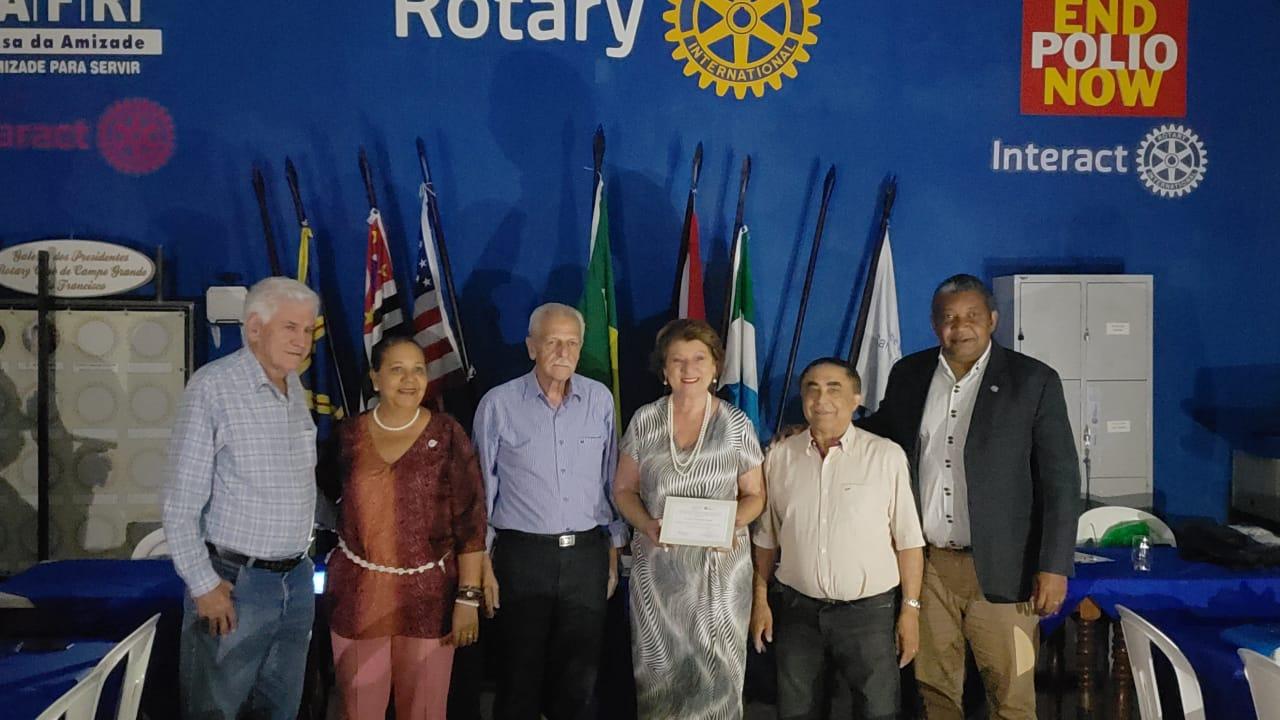 Cirurgiã-dentista recebe homenagem do Rotary Club