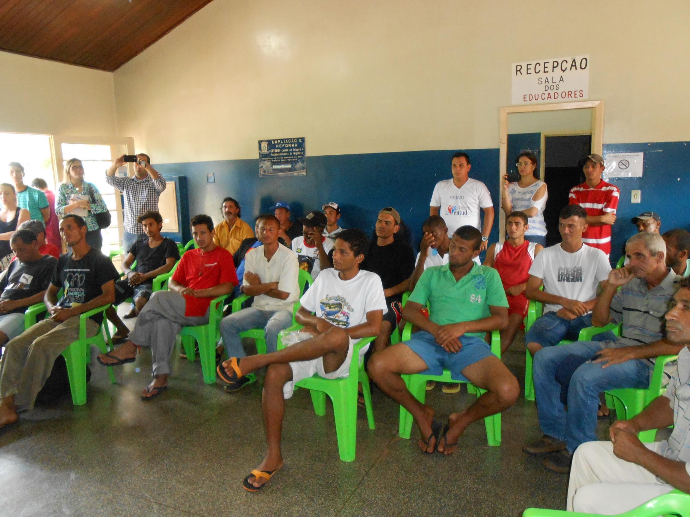 Moradores de rua recebem doações da ABO-MS