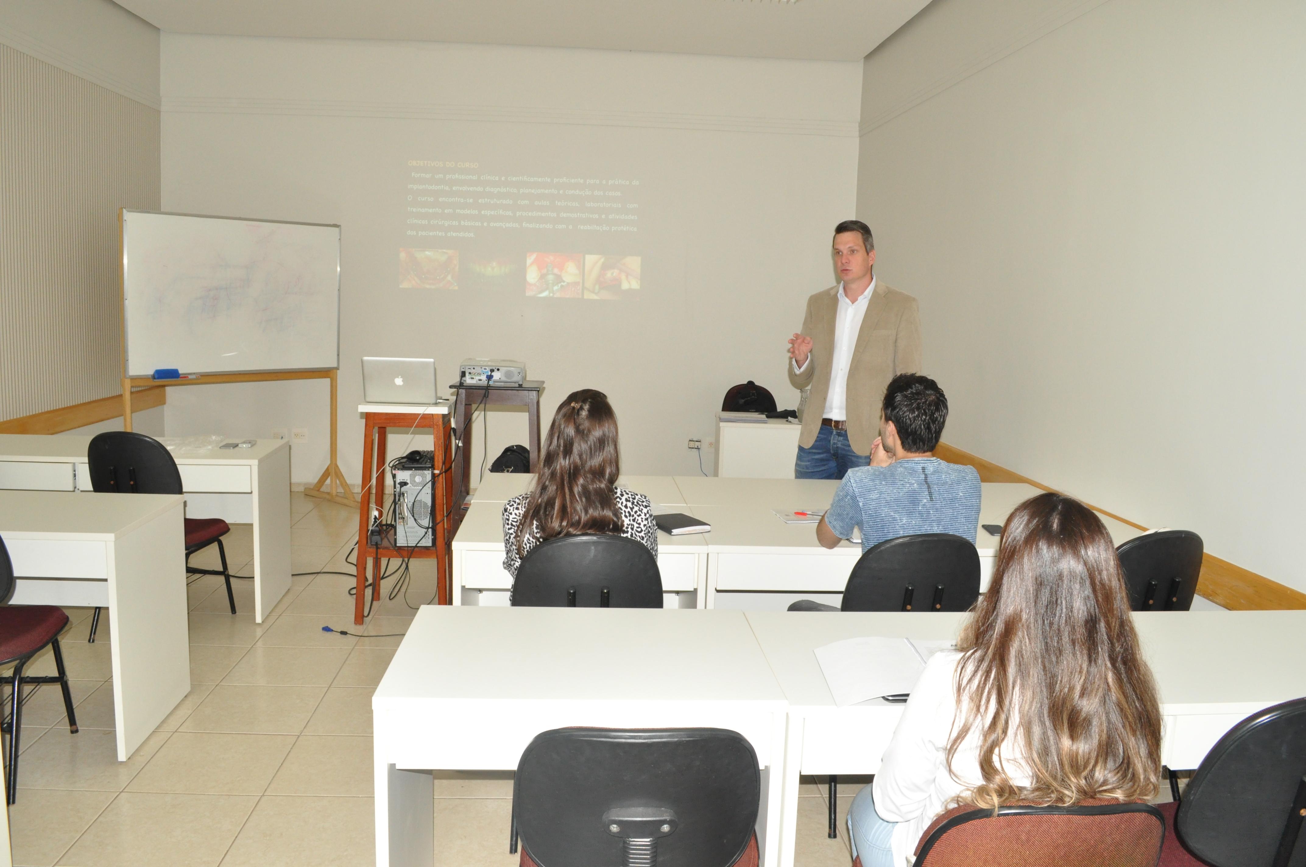 Início do curso de especialização em Implantodontia 2016
