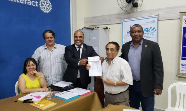 ABO-MS entrega cheque a parceiro da 2ª Noite de Queijos e Vinhos